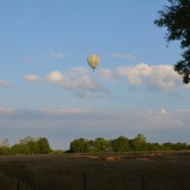 La montgolfière s'éloigne au dessus du Rhône