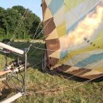 Le pilote gonfle la montgolfière