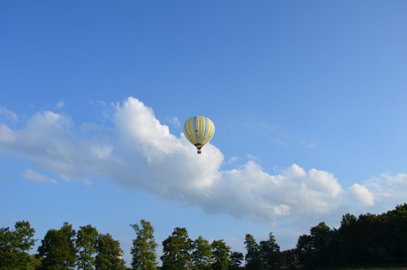 La montgolfière au loin dans le ciel